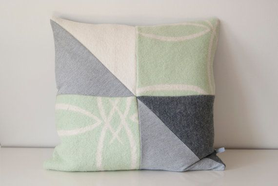 Driehoek #vintage #wol #kussen // rechthoekig licht grijs #mint #antraciet vintage deken knoop #geometrisch Triangle vintage #wool #pillow // rectangular light gray #anthracite vintage blanket knot #geometric