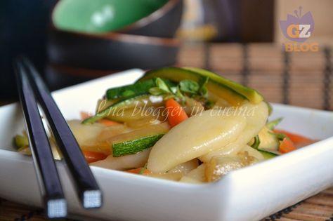 Gnocchi di riso cinesi, facili e veloci, preparati con farina di riso e farina 00. Il condimento è a base di verdure e salsa di soia.