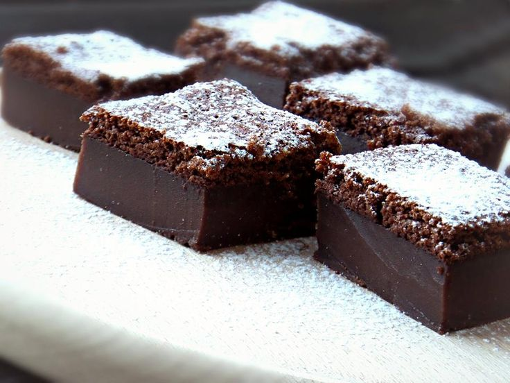 I love this cake, beacuse its very easy to do it and taste very good.     4 eggs   1 teaspoon vanilla powder   210 g powdered sugar   110 g butter (melted)   115 g flour   43 g cocoa powder   2 cups milk (lukewarm)      Preheat the oven to 320 F (160 C). Grease a 30cmX17cm pan. Separate egg whites and yolks. Then beat egg whites in a...