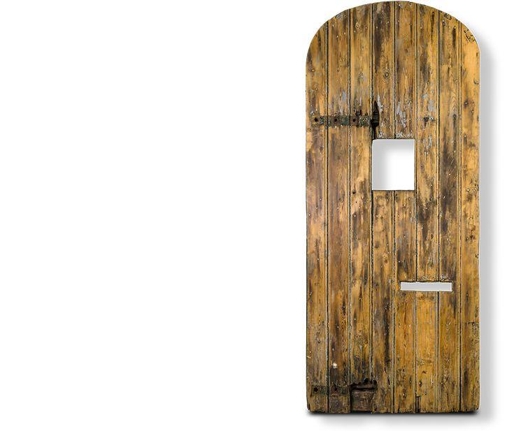 Houten deur uit het poortje in de muur van het huis van bewaring in Scheveningen, het Oranjehotel.