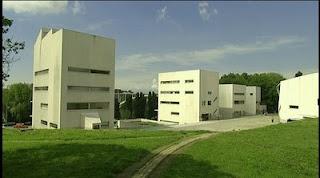 """Capítulo de la serie """"Arquitecturas"""" en que se examina """"La Facultad de Arquitectura de la Universidad de Porto"""" diseñada por el arquitecto portugués Álvaro de Siza."""