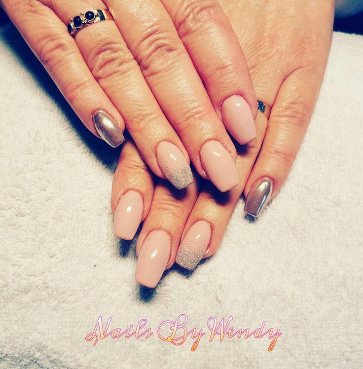 Acrylnagels opgevuld, gelpolish human modesty met silver glitter en op de pink chrome pigment van magnetic!