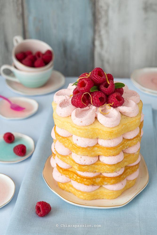 La torta alla limonata rosa meglio conosciuta con il nome diPink Lemonade Cake è un dolce perfetto per l'estate: fresca, colorata, frizzante, una torta al limone e lamponi buonissima che di certo non passa inosservata! E' la torta giusta per festeggiare compleanni,baby shower, feste di addio al n