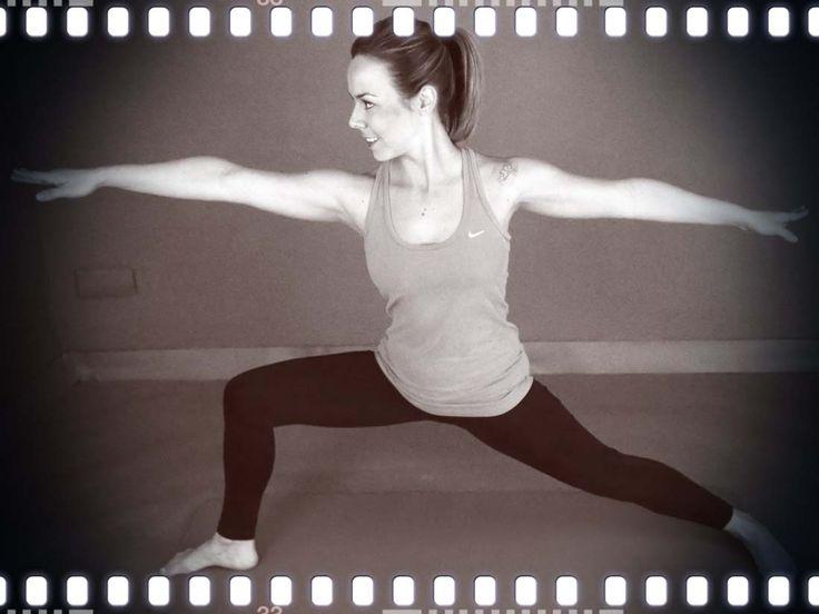 Hoy te muestro una posturita de yoga que me encanta hacer para estirar sobre todo el psoas y para tonificar las piernas.