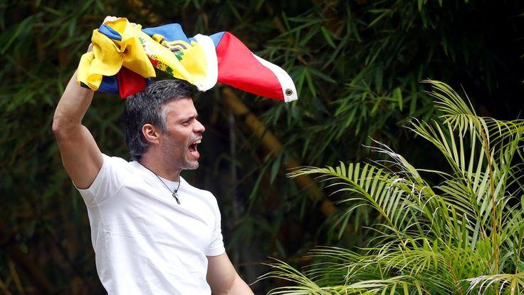 Con camiseta blanca y besando la bandera de Venezuela, el líder opositor se mostró por primera vez en público luego de tres años y cinco meses en prisión