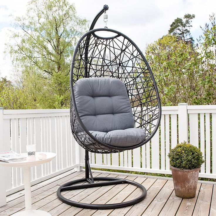 Om du undrar hur det känns att bli omfamnad av en konstrottingmöbel så är detta de närmaste du kan komma! En riktigt skön loungestol för trädgården i Ägget-stil. Låt dig gungas rofullt fram och tillbaka medan du bara myser. Denna sittfåtölj är en futuristisk möbel som sitter fast i en rejäl stålställning. Dyna ingår.