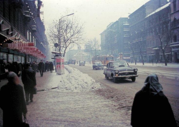 1970, Rákóczi út télen. A bengáli villamosok járatszáma valószínűleg 60-as és 68-as.A VolgákM-21-esek, a Moszkvics talán 403-as.Ami viszont biztos, az aSzent Rókus kápolna 1711 óta!