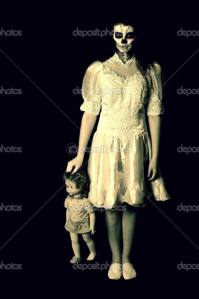 ragazza con pittura teschio maschera morto con bambola - Immagini Stock: 22275309