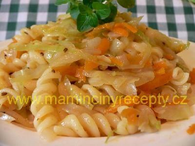 Těstoviny se zelím a mrkví