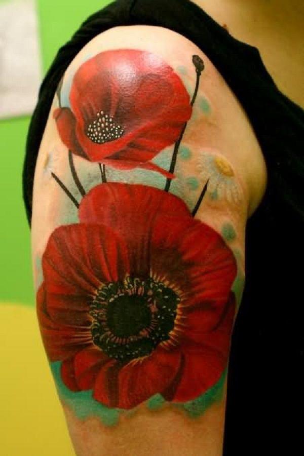 De rode papaver bloemen mouw tattoo ziet er drijvend op de arm van de man, die wordt teruggegeven in realistische manier.