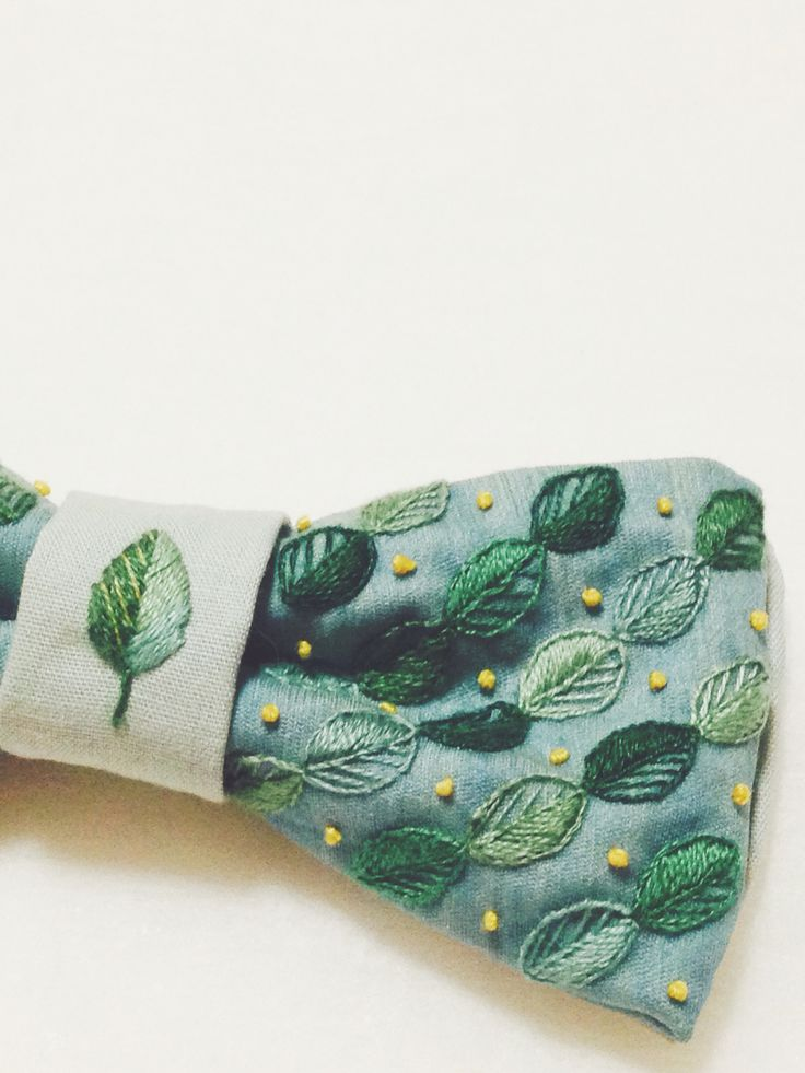 A bow tie of leaves. These leaves are same design of the head piece for a bride. 葉っぱの蝶ネクタイ。葉っぱのデザインは花嫁のヘアアクセサリーと同じデザインです。