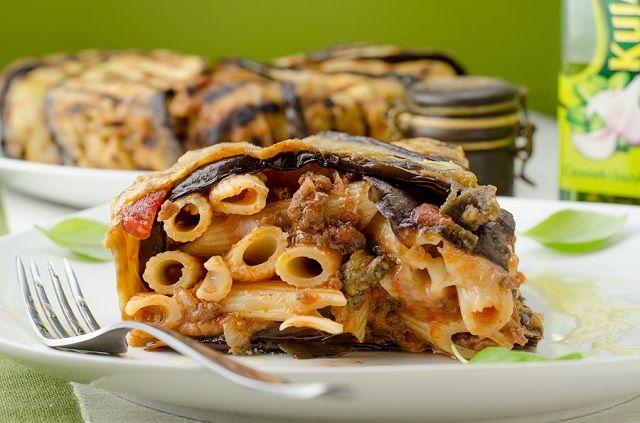 500 gr di maccheroni, 1 cipolla bianca fresca, 2 melanzane mature e fresche, 250 gr di caciocavallo a dadini, 500 gr di carne tritata mista, 5-6 cucchiai abbondanti di formaggio tuma, pecorino grattugiato, passata di pomodoro, 2-3 manciate di cubetti di mortadella, 2 uova sode tagliate a pezzettini, basilico, sale qb, olio extravergine di oliva qb, olio di semi per friggere le melanzane.