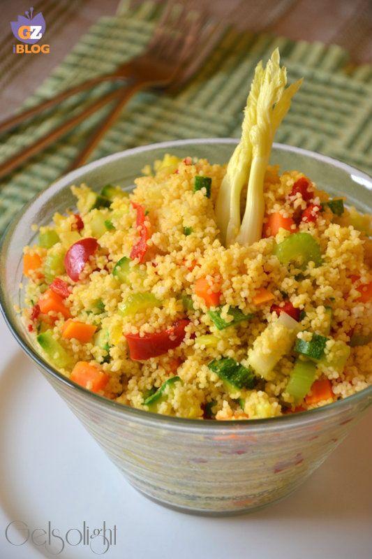 Insalata di cous cous con verdure e zafferano, un piatto semplice e leggero, vegetariano, preparato con verdure miste e zafferano, ottimo primo o antipasto.