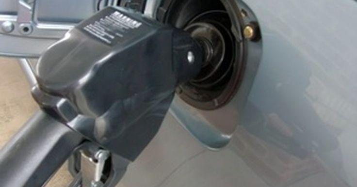 Diferencia en combustible entre un V6 y un 4 cilindros. Además de considerar los estilos, precios y características, los compradores de vehículos nuevos usualmente examinan la eficiencia del consumo de combustible. El sitio web gubernamental sobre esto muestra que la distancia recorrida por un motor V6 usualmente es menor a la de un 4 cilindros.