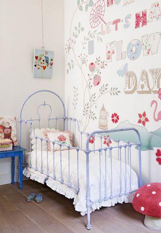 Schattig #behang voor de #meisjeskamer   Cute #wallpaper with flowers and letters for the girl's room