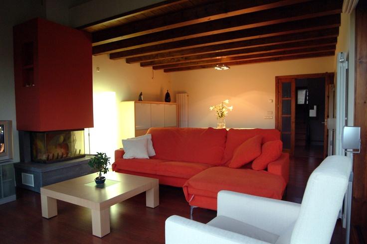 Salon donde se conjuga el rústico de la vigueria con el vanguardismo del mobiliario, gran chimenea a tres caras