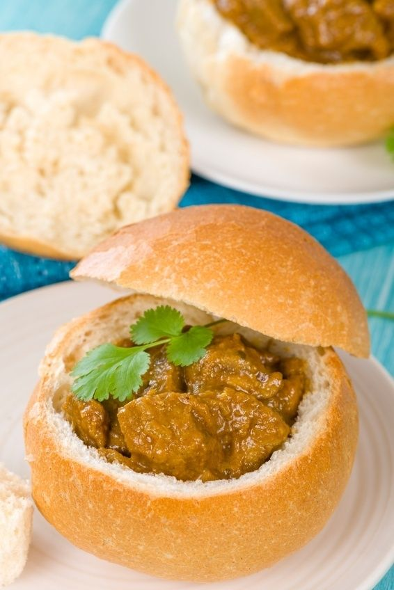 Bunny Chow: Apesar do nome, não há nada de coelho nesse prato. Trata-se de um pão recheado com curry de vegetais ou carne. O quitute foi criado em Durban, cidade sul-africana que é lar de muitos indianos, e é bem popular pelas ruas de lá, além de poder ser provado também em Londres, onde há uma grande comunidade da Índia