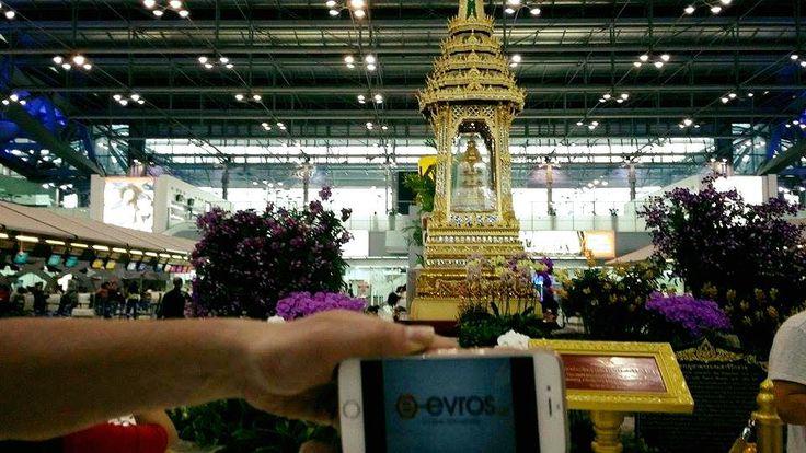 Με φόντο το αεροδρόμιο της Μπανγκόκ, στη Ταϋλάνδη, ο φίλος Βαγγέλης μας έστειλε την αγάπη του μέσω της φωτογραφίας.  Το διεθνές αεροδρόμιο της Μπανγκόκ, το Σουβαρναμπούμι (New Bangkok International Airport/Suvarnabhumi –BKK) άνοιξε τις πύλες του στο κοινό το 2006 και διαθέτει πολυτελή καταστήματα και υπερσύγχρονες υποδομές.   Έχει τον ψηλότερο πύργο ελέγχου στον κόσμο 132.2 μέτρα και είναι το 4ο μεγαλύτερο σε έκταση στον κόσμο! We love you too Vag <3
