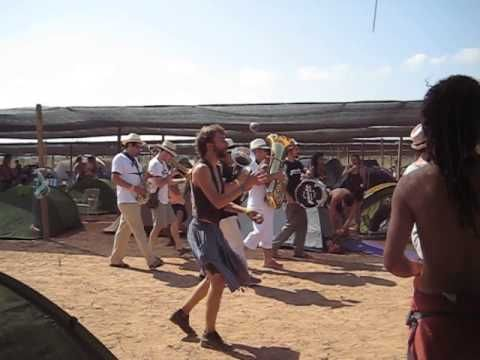 Fanfarria itinerante en el camping del Iboga Summer Festival