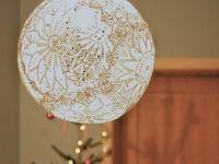 Как сделать люстру из салфеток / Самая легкая и невесомая люстра в виде воздушного ажурного шара получится у вас, если вы сделаете люстру из салфеток по нашему мастер-классу. К созданию такой люстры можно привлечь ребенка. Попросите его надуть воздушный шарик (размер надутого шарика – это диаметр вашей люстры). Свяжите несколько ажурных салфеток (или попросите ненужные у вашей бабушки, тети, наверняка у […]