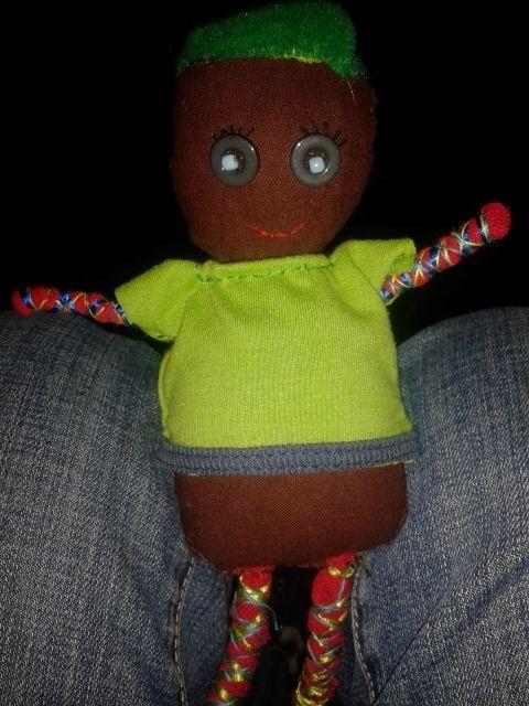 muñeco de trapo ,hecho con poleras ,brazos y piernas de trapillo , ojos de botón.