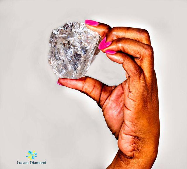 カナダのダイヤモンド探鉱会社ルカラ・ダイヤモンド社が18日、アフリカ・ボツワナの鉱山で1111カラットのダイヤの原石を見つけたと発表した。これまで見つかったダイヤの原石としては「過去2番目の大きさ」としている。