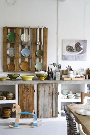 Arbeitsplatte aus Naturstein und Kücheneinrichtung aus Holz