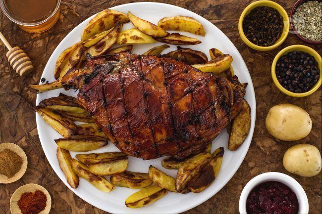 Il prosciutto glassato è un secondo piatto di carne ideale per le feste. E' una pietanza irlandese, diffusa in America servita con salsa ai mirtilli.