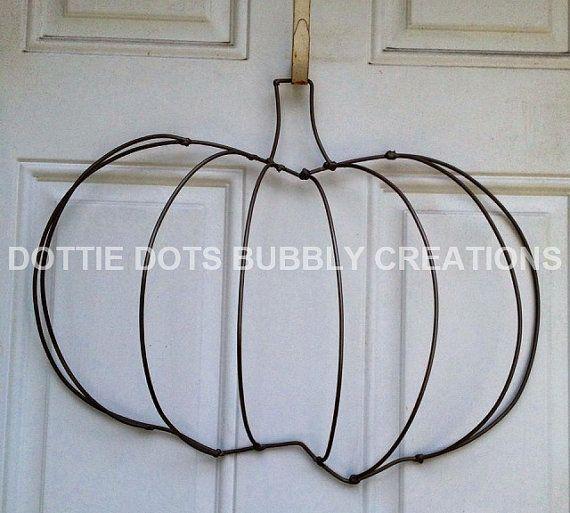 Il s'agit d'une Dottie pois citrouille fil Couronne de forme originale mesurant environ 15 W X 20» H. Cette forme de la Couronne peut être assemblé avec maille, toile de jute, ruban et plus.