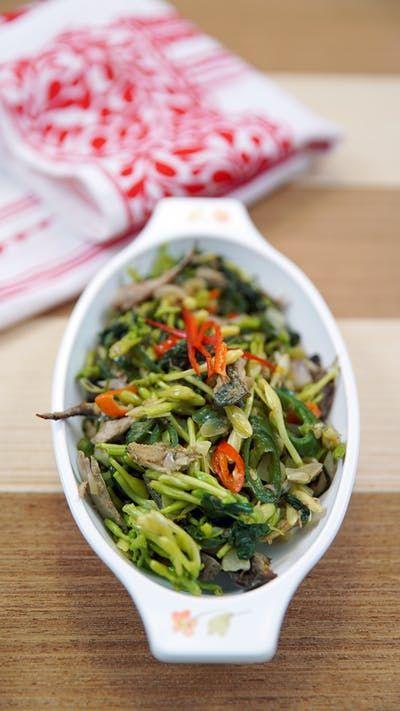 Makanan khas manado ini memiliki rasa yang unik. Bercampur dengan ikan cakalang dan daun kangkung membuat makanan ini bertekstur lembut dan renyah. Rasa gurih pedas dan sedikit pahit, membuat rasa makanan ini menjadi sangat khas.