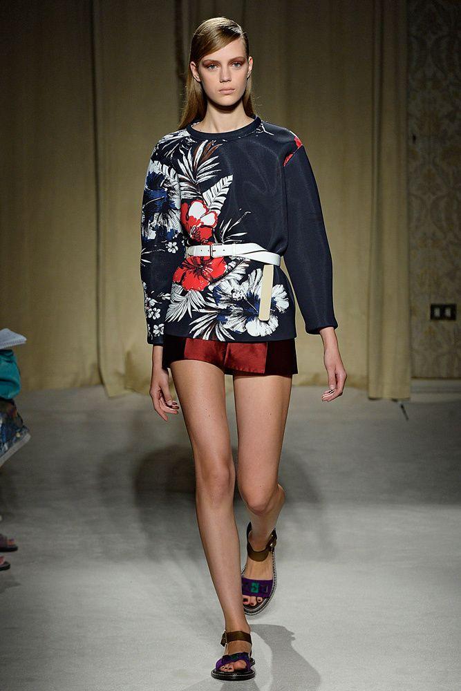 Los mejores looks y prendas para llevar el estampado floral Top con motivo hawaiano en Aquilano Rimondi SS14.