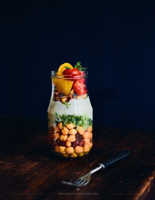 salad in a jar - insalata in barattolo - insalata di ceci - I ceci sono tra i legumi più salutari del mondo. Potrete utilizzarli per la vostra insalata in barattolo e abbinarli a fettine o cubetti di cetriolo, noci, pistacchi, pomodorini o peperoni e capperi. Per il condimento della vostra insalata di ceci utilizzate olio extravergine e yogurt al naturale, oppure yogurt di soia