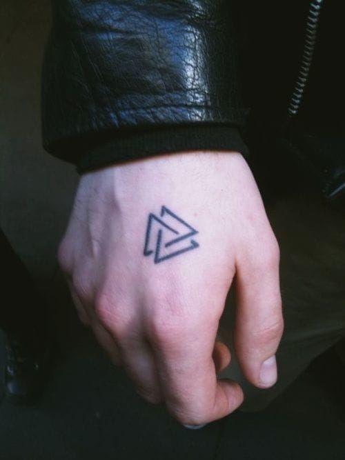 Ein Valknut Tattoo, die alten Wikinger haben es auf Ihre Schilde gemalt. Sie glaubten, dass wenn sie im Krampf sterben, so mit Hilfe der Walküren nach Va...