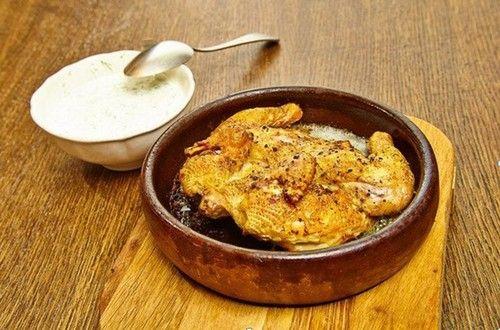 Жареный цыпленок, приготовленный по мотивам грузинской кухни и напоминает цыпленка табака. Ингредиенты, подробное описание рецепта.