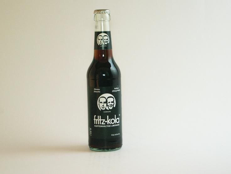 """Der Plan von Lorenz Hampl und Mirco Wiegert, die sich schon seit Kindertagen kennen und schon früh beschlossen hatten ein eigenes, erfolgreiches Unternehmen zu gründen, geht mit zunehmender Bekanntheit der """"fritz-kola"""" immer weiter auf. Bereits seit 2003 gibt die Hampl und Wiegert GbR (heute fritz-kola GmbH), die ihren ersten Firmensitz in einem Hamburger Studentenwohnheim hatte. #fritzkola #limonade #cola #drinks #hamburg #testbericht #kjero"""