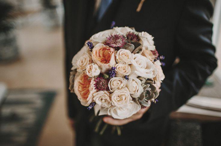 Ramo de Novia Romántico: Rosas blancas, peonías de color melocotón, lavanda y suculentas