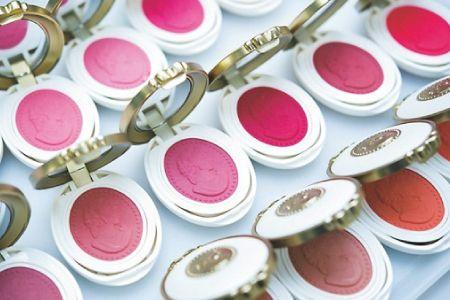 """情熱コスメ""""ラデュレ""""の裏にある大人の世界観 化粧品開発の裏に驚く! コスメ情熱大陸 CREA WEB(クレア ウェブ)"""