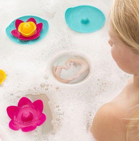 Quut Lili is zand- en waterspeelgoed met tal van speelmogelijkheden. De Lili floating flower set verandert je bad in een sprookjeszee.Kinderen houden van het doorschijnende deksel om zo op ontdekking te gaan naar wat er zich onder water afspeelt. De 3 delen klikken gemakkelijk in elkaar en zijn gemakkelijk op te bergen. De ergonomische vorm is speciaal ontworpen voor kleine handen. BPA, ftalaten en latex vrij! Kijk ook eens bij het merk Quut voor bijpassend speelgoed voor aan zee of in de…