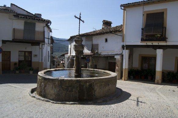 Al final de la calle Sevilla está la plaza de la Fuente de los Tres Caños, recoleto lugar lleno de sabor. http://descubreiberia.wordpress.com/2014/03/20/guadalupe-historia-cultura-arte/