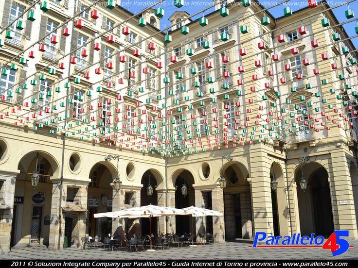 Piazza Palazzo di Città a Torino Il Tappeto Volante di Daniel Buren (opera tra le Luci d'Artista che nel periodo invernale illuminano il centro della città) in versione diurna nel tricolore italiano.