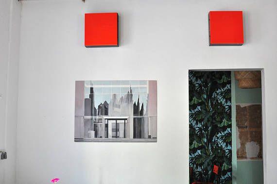 Ölmalerei Spiegelungen an Glaswand Architektur aus der Serie Reflexionen von Wolf Magin. Wolf Magin weiß die Faszination des Verwirrenden vielfältig zu nutzen. Ob es sich um die Spiegelung von Gebäuden oder Personen in Architekturverglasungen handelt, das Spiel der Reflexe in gekrümmten Autoscheiben, das zitternde Konterbild von Bäumen im Wasser eines Baches oder die nachsichtige Spiegelung in einer Pfütze: Immer sind optischen Informationen von ihm so übersetzt, dass sich gegenständliche…