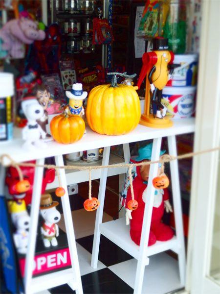 2016/09/14 去年の今頃はハロウィン仕様にお店を飾っていました。 今年はなんだかエンジンかかってません。。。 いも・くり・かぼちゃ。 オイモ系の商品も考えねば。気持ちも季節もすっかり秋ですね。朝はひんやりした部屋で清々しく目が覚めます。 お弁当を作って、家族の朝食の準備をして出発。お仕事です。  さぁ、明日も仕込み。