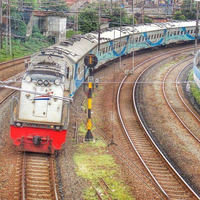 Eastbound third class train with overturned locomotive at JNG | #CC201 77 22 - KA 166 Krakatau Express  #keretaapikita #eventinstakai #railfans #trains_worldwide #railmarkable #railways_of_our_world #trains_r_the_best #railfans_of_instagram  #instatrain #trainphotographics #train_explorer #rail_barons #rsa_theyard #daily_crossing #trb_express by ibrahiakbar