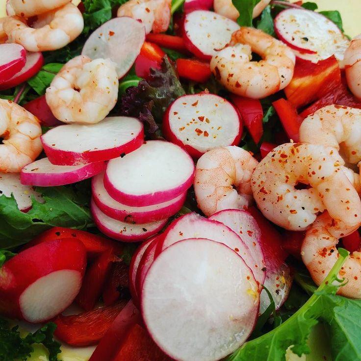 Rood/groene salade  Baby boerenkool beetje gemengde sla radijsjes rode paprika party garnalen die helaas meer naar water smaakte!