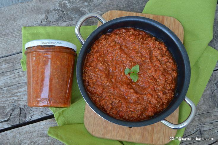 Sos ragu alla bolognese. Sos bolognese pentru paste este preparat din carne tocata cu suc de rosii si arome specifice. Un ragout care se combina cu paste