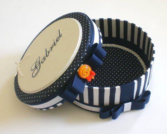 Caixa forrada em tecido com nome bordado na tampa. Ótima sugestão de lembrança de pajens de casamento. R$ 68,25