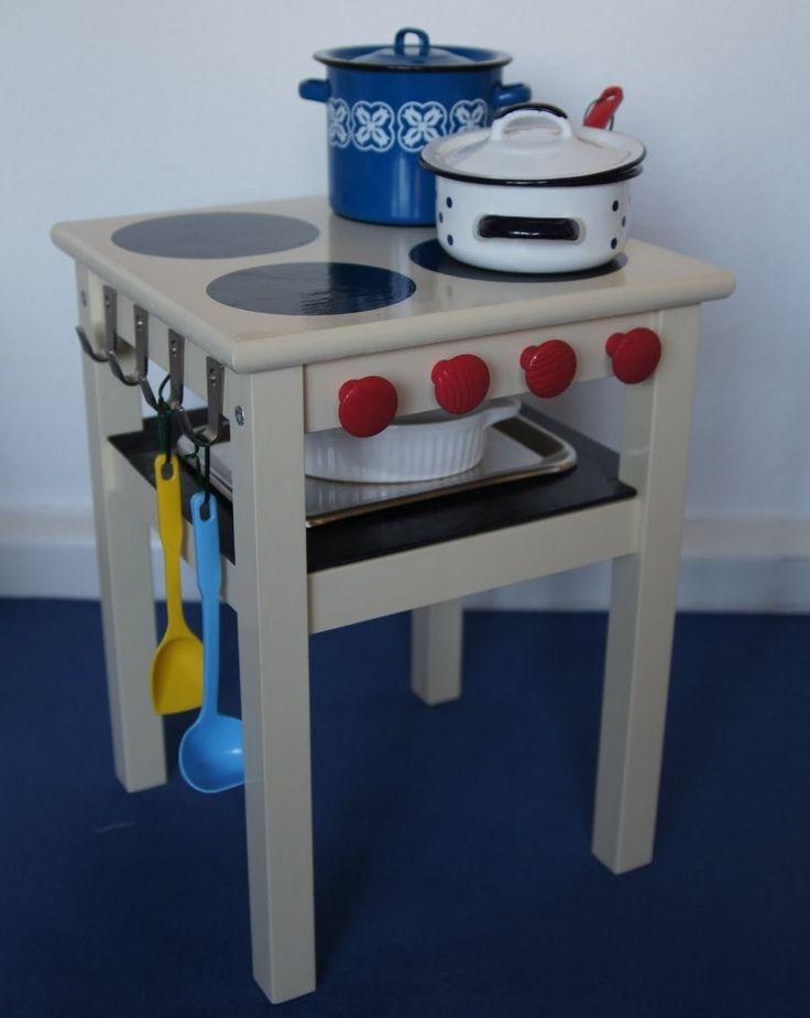 Ihr habt nicht viel Platz für eine richtige Kinderküche? Mach aus dem ODDVAR Hocker eine abgespeckte Version: Diesen Spielherd mit Ofen.
