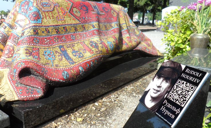 Plaque funéraire qr code placée à côté de la tombe de Noureev au cimetière russe orthodoxe de Sainte-Geneviève-des-bois www.epitag.com #noureev #sainte_genevieve_des_bois #qrcode #plaque_qr_code #plaque_funeraire #funeraire #cimetiere_russe #cimetiere_orthodoxe
