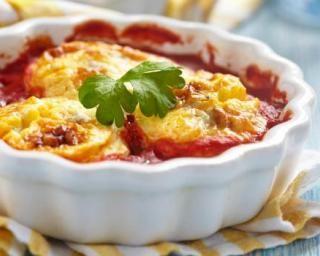 Oeufs légers cuits au four à la sauce tomate et au gruyère râpé : http://www.fourchette-et-bikini.fr/recettes/recettes-minceur/oeufs-legers-cuits-au-four-a-la-sauce-tomate-et-au-gruyere-rape.html