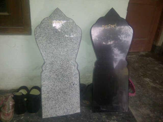 Nisan berbahan granit dengan dilengkapi grafir